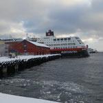 Das Hurtigrutenschiff wartet im Hafen.