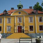 Hier im kleinen, niedlichen, gelben Rathaus auf dem Marktplatz ist auch die Touristinformation (untergebracht) und Sie erhalten die genaue Wegbeschreibung.