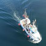 Ein Fischerboot von oben.