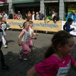 Kinder Rennen mitten in der Stadt.