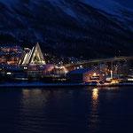 Abfahrt mit dem Hurtigrutenschiff in Tromsö bei Nacht