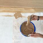 9. Schritt: Parkettkleber mit einer Spachtel auf dem Unterboden auftragen
