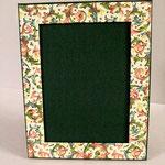 """Porta foto singolo da tavolo. Formato foto cm 13x18. Tela verde con inserti carta tipo """"Varese oro""""."""