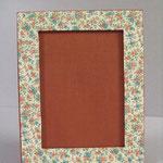 """Porta foto singolo da tavolo. Formato foto cm 13x18. Carta uso tela verde con inserti carta tipo """"Varese oro""""."""