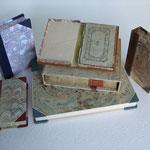 Scatole chiuse per libri di pregio in mezza pelle e carta marmorizzata fatta a mano. Custodia aperta in tela e carta marmorizzata