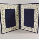 """Doppio porta foto da tavolo. Formato foto cm 10x15. Tela blu con inserti carta tipo """"Varese""""."""