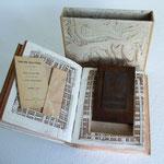 Libro scompleto utilizzato per ricavare una custodia per libretto ed imprinta in bronzo di santino
