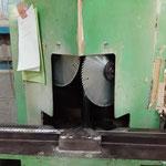 材料の竿を45度にカットする機械。古いけどまだまだ現役
