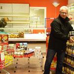 Bernhard Mack beim Einräumen der gespendeten Lebensmittel