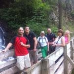 Kurze Abkühlung am Wasserfall.