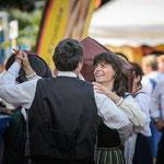 Alphornerin Anina und Alphorner Kurt beim Tänzchen