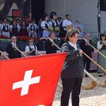 Eroeffnung mit Alphorners Davos Klosters und Fahnenschwingerin