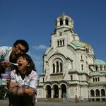 ブルガリア(教会の前でブルガリアヨーグルト)