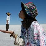 ボリビア(ウユニ塩湖でのトリック写真)