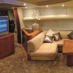Salón con cómodos sofás, y con televisión