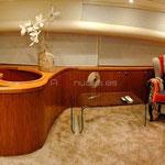 Salón interior con acabados en madera y suelo con moqueta