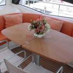 Mesa y sofá en el interior de la embarcación