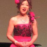 日本の歌をソプラノで熱唱する山中久恵さん