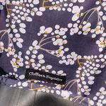 gros plan sur la doublure bleue à fleurs