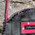 gros plan sur le sac rond doublé de tissus rouge à pois blancs