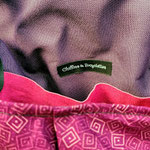 gros plan sur l'intérieur de la besace en tissus rose et violet