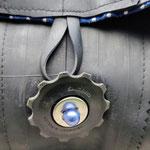gros plan sur un galet de dérailleur en guise de bouton