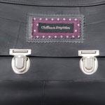 gros plan sur le cartable petit modèle doublé de tissu violet à étoiles blanches