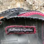 gros plan sur l'étiquette du sac rond à tissus prune à fleurs