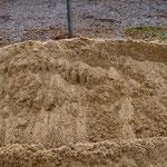 Sand mit einer Körnung von 0/4 mm als Unterlage und Füllmaterial für die Waben.