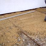 Nun lässt sich der Sand mit einer Aluminiumlatte glatt abziehen.
