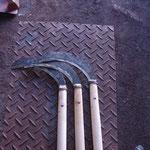 草刈り鎌!このあたりで圧倒的人気を誇る庄市鎌を制作者の河野さんから手ほどきを受けて継続的に生産していきます。独特の形なので、モノが表している固有の地域文化の一つかと思われます。