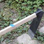 穂幅10センチ、角度約45度の鍬。柄は樫です。幅狭め、穂長さ短めの鍬です。畝の間隔の狭い場所等にどうでしょうか。