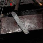 鍛接。鋼と地金、それぞれの性質を保ったままくっついて一体となっている。
