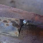刃の部分に熱が伝わると鋼が鈍ってしまう(なまってしまう→硬度が下がる)ので、素早く溶接し、冷ます。