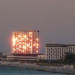 Warnemünde / Neptunhotel im Sonnenuntergang / Das Hotel brennt