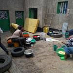 Pauvreté: Pour cuisiner et se laver dans la cour, l'eau est apportée dans des bidons.