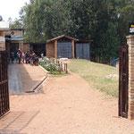 Porte d'entrée du Centre Intiganda. Porte pour un abri protégé répondant aux besoins des enfants.