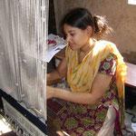 Sept femmes handicapées travaillent à l'atelier de tissage. Pour elles cela signifie intégration dans l société et un gain d'argent.