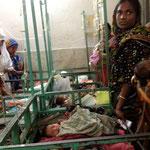 Neugeborene im Spital mit ihren Müttern. Leider durften wir ansonsten keine Fotos machen. Die Situation ist für uns Europäer unerträglich, obgleich die medizinische Versorgung recht gut ist.