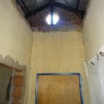 Des portes et des plafonds manquants, un toit qui fuit et des matériaux de construction de qualité inférieure exigent une réparation.