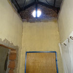 Fehlende Türen und Decken, ein undichtes Dach und minderwertige Baumaterialien rufen nach Abhilfe.