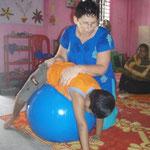 Europäische Therapeuten kommen während ihren Ferien um die behinderten Kinder zu fördern.
