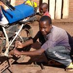 Formation professionnelle après la scolarité obligatoire. Un « vrai garçon » s'intéresse aux moteurs, aussi au Rwanda.