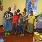 ... et fournit des soins et une assistance de base aux personnes malades et victimes de discrimination.