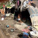 Dies ist das Umfeld dieser Slumkindern. Sie wohnen unmittelbar am Bahngleis.