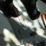 Bimol qui peint avec ses pieds a du succès. Encore enfant, une décharge électrique lui a arraché ses bras. Maintenant il a fondé une petite famille qui vit de son travail.