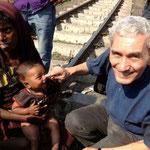 Dies ist unser Freund Frère J. Jacques mit einer kranken Frau mit Kind am Bahngleis.