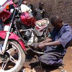Les motos sont très répandues au Rwanda. La demande de leur entretien ou de réparation est élevée.