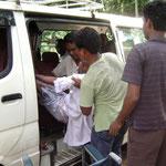 10. Depuis quelques années les handicapés graves sont conduits aux rencontres et aux séances thérapeutiques. Jadis ces transports se faisaient par des rikshaws.