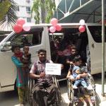 Ils sont visiblement heureux et reconnaissants que ce minibus existe. Il leur permet de participer à la vie sociale.